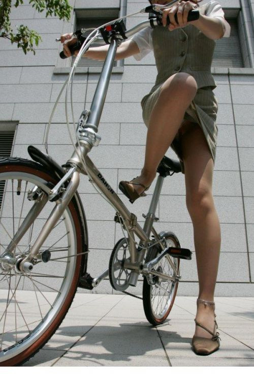 自転車通勤するタイトスカートなOLさんの股間を盗撮したパンチラエロ画像 34枚 No.24