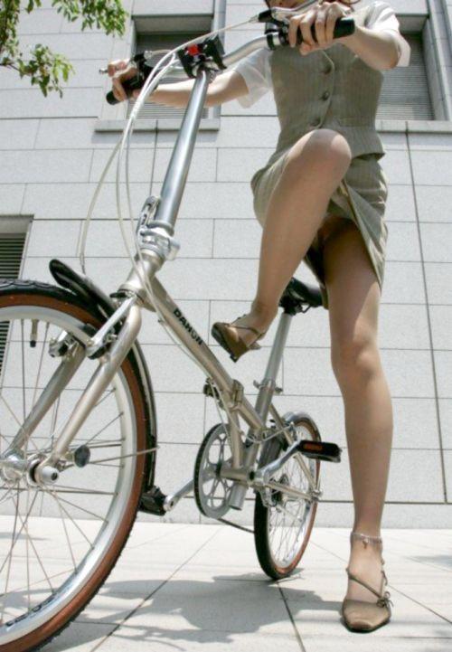 自転車通勤するタイトスカートなOLさんの股間を盗撮したパンチラエロ画像 34枚 No.25