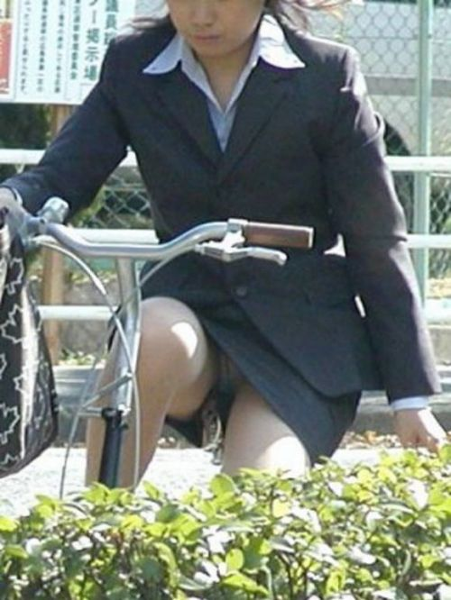 自転車通勤するタイトスカートなOLさんの股間を盗撮したパンチラエロ画像 34枚 No.27