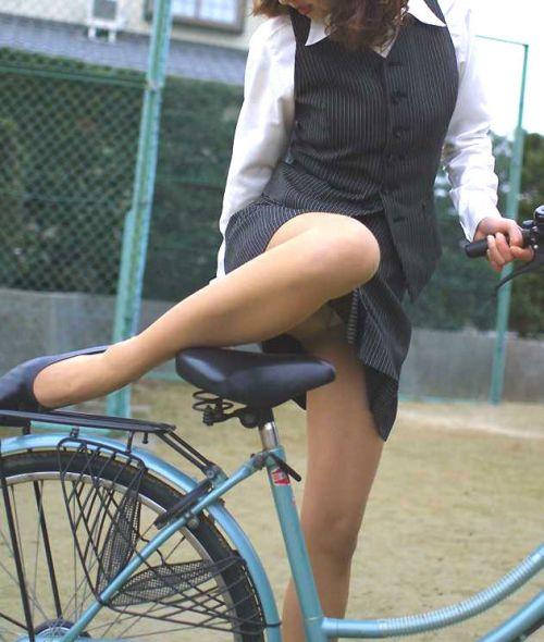 自転車通勤するタイトスカートなOLさんの股間を盗撮したパンチラエロ画像 34枚 No.28
