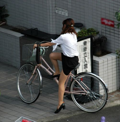 自転車通勤するタイトスカートなOLさんの股間を盗撮したパンチラエロ画像 34枚 No.30