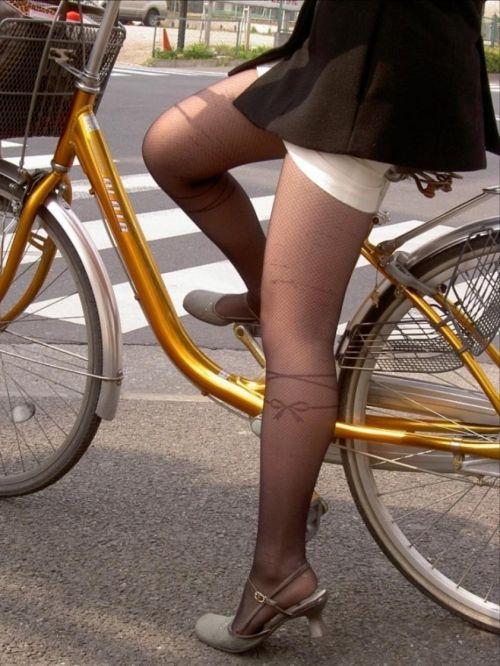 自転車通勤するタイトスカートなOLさんの股間を盗撮したパンチラエロ画像 34枚 No.31