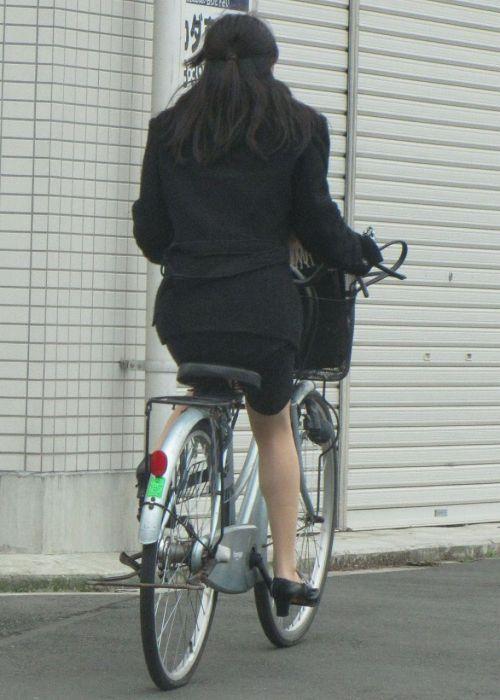 自転車通勤するタイトスカートなOLさんの股間を盗撮したパンチラエロ画像 34枚 No.32