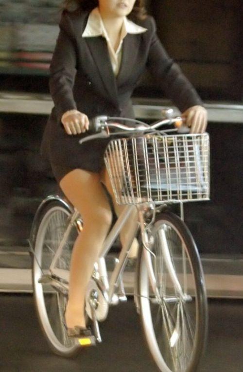 自転車通勤するタイトスカートなOLさんの股間を盗撮したパンチラエロ画像 34枚 No.33