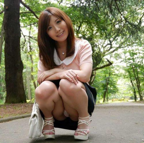 可愛いミニスカJKが体育座りでパンツ見えちゃってるエロ画像 37枚 No.1