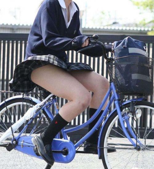 超ミニスカJK達が自転車に乗ったらパンチラが確変状態なエロ画像 38枚 No.9