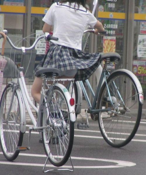超ミニスカJK達が自転車に乗ったらパンチラが確変状態なエロ画像 38枚 No.12