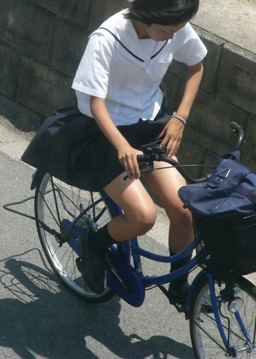 超ミニスカJK達が自転車に乗ったらパンチラが確変状態なエロ画像 38枚 No.16