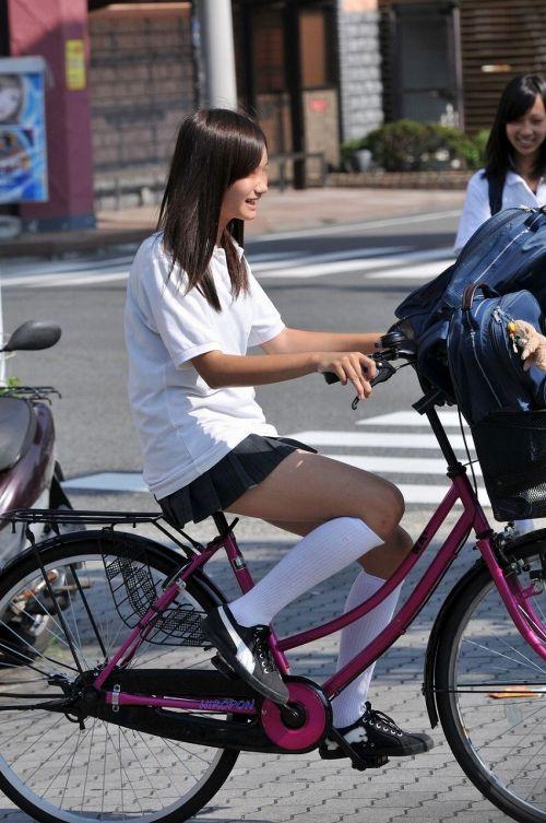 超ミニスカJK達が自転車に乗ったらパンチラが確変状態なエロ画像 38枚 No.18