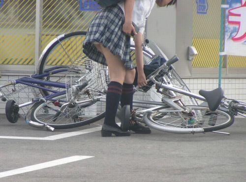 超ミニスカJK達が自転車に乗ったらパンチラが確変状態なエロ画像 38枚 No.35