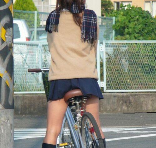 超ミニスカJK達が自転車に乗ったらパンチラが確変状態なエロ画像 38枚 No.36