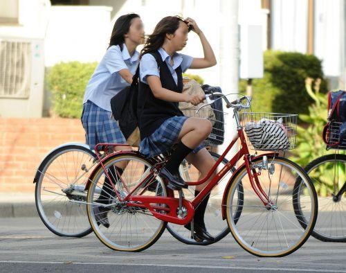 超ミニスカJK達が自転車に乗ったらパンチラが確変状態なエロ画像 38枚 No.38