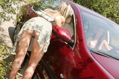 【盗撮画像】外人がノーパンで車の乗り降りするオマンコやおっぱいエロ過ぎwww 29枚 No.7