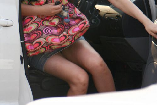 【盗撮画像】外人がノーパンで車の乗り降りするオマンコやおっぱいエロ過ぎwww 29枚 No.29