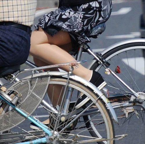 フリフリスカートが舞い上がるお姉さんの自転車パンチラ盗撮エロ画像 31枚 No.3