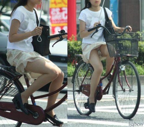 フリフリスカートが舞い上がるお姉さんの自転車パンチラ盗撮エロ画像 31枚 No.4
