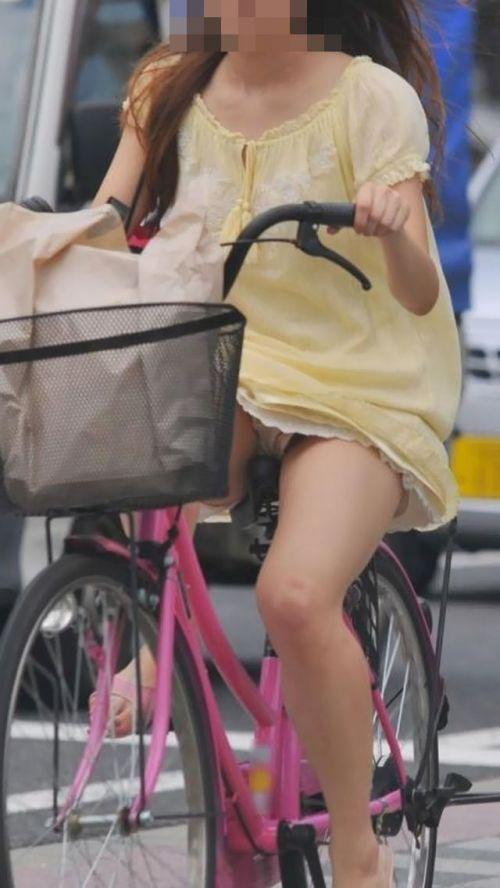フリフリスカートが舞い上がるお姉さんの自転車パンチラ盗撮エロ画像 31枚 No.5
