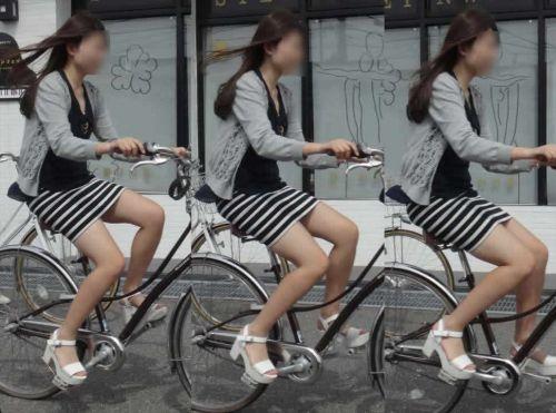 フリフリスカートが舞い上がるお姉さんの自転車パンチラ盗撮エロ画像 31枚 No.7