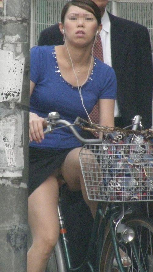 フリフリスカートが舞い上がるお姉さんの自転車パンチラ盗撮エロ画像 31枚 No.9