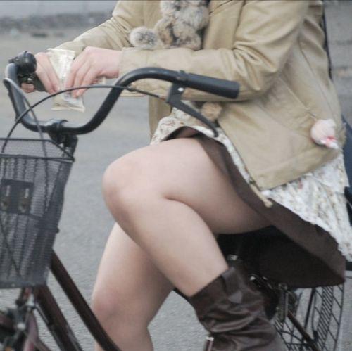 フリフリスカートが舞い上がるお姉さんの自転車パンチラ盗撮エロ画像 31枚 No.10