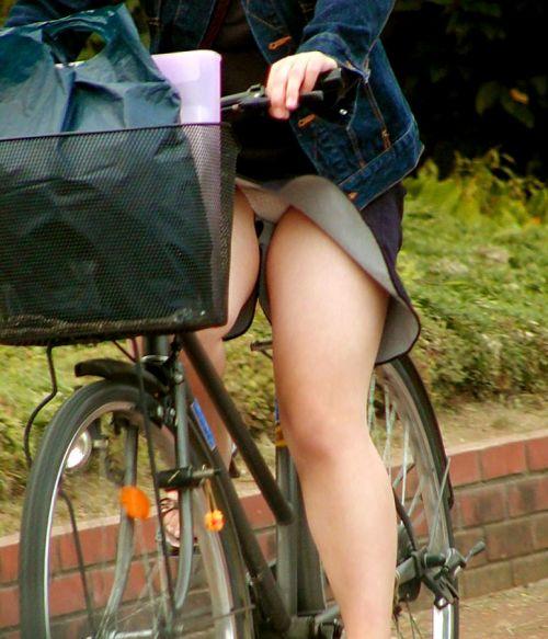 フリフリスカートが舞い上がるお姉さんの自転車パンチラ盗撮エロ画像 31枚 No.11