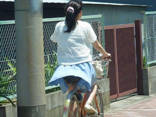 フリフリスカートが舞い上がるお姉さんの自転車パンチラ盗撮エロ画像 31枚 No.12