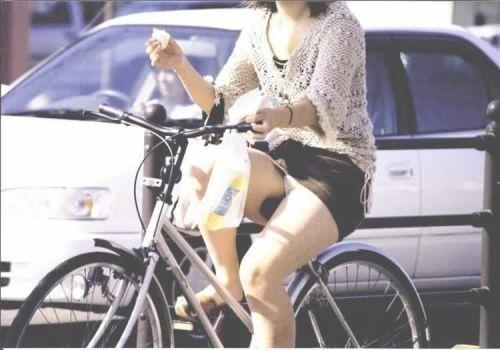 フリフリスカートが舞い上がるお姉さんの自転車パンチラ盗撮エロ画像 31枚 No.13