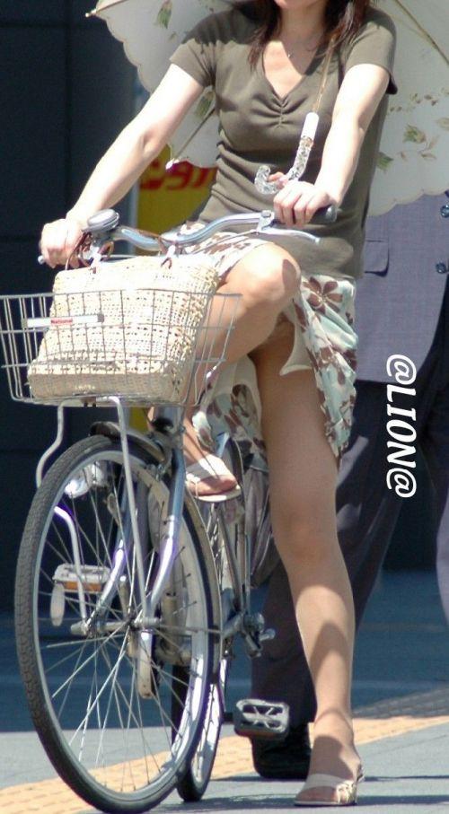 フリフリスカートが舞い上がるお姉さんの自転車パンチラ盗撮エロ画像 31枚 No.16