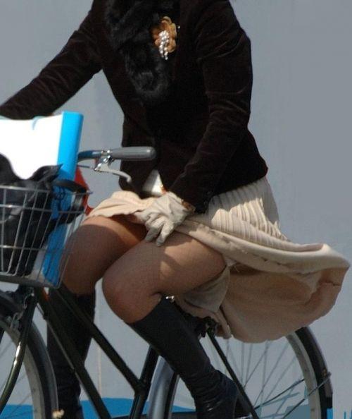 フリフリスカートが舞い上がるお姉さんの自転車パンチラ盗撮エロ画像 31枚 No.17