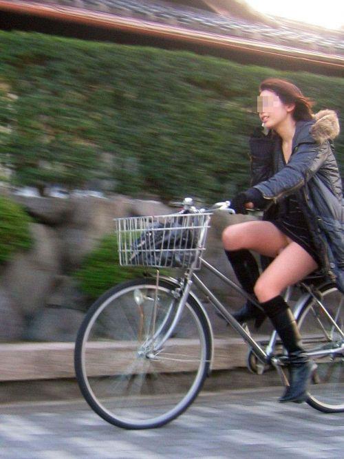フリフリスカートが舞い上がるお姉さんの自転車パンチラ盗撮エロ画像 31枚 No.18