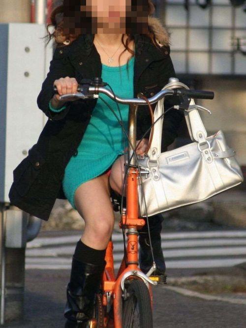 フリフリスカートが舞い上がるお姉さんの自転車パンチラ盗撮エロ画像 31枚 No.20
