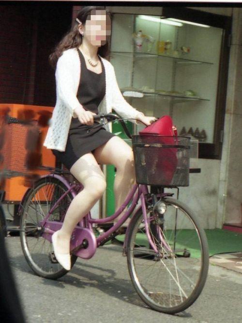 フリフリスカートが舞い上がるお姉さんの自転車パンチラ盗撮エロ画像 31枚 No.21