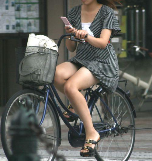 フリフリスカートが舞い上がるお姉さんの自転車パンチラ盗撮エロ画像 31枚 No.23