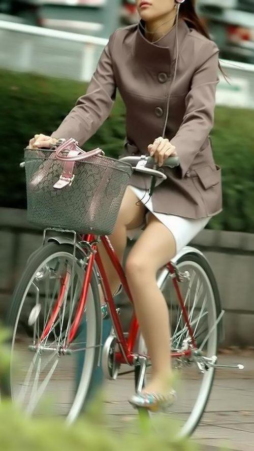 フリフリスカートが舞い上がるお姉さんの自転車パンチラ盗撮エロ画像 31枚 No.24