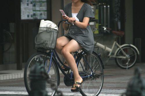 フリフリスカートが舞い上がるお姉さんの自転車パンチラ盗撮エロ画像 31枚 No.25