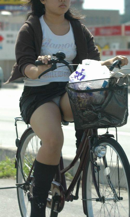 フリフリスカートが舞い上がるお姉さんの自転車パンチラ盗撮エロ画像 31枚 No.26