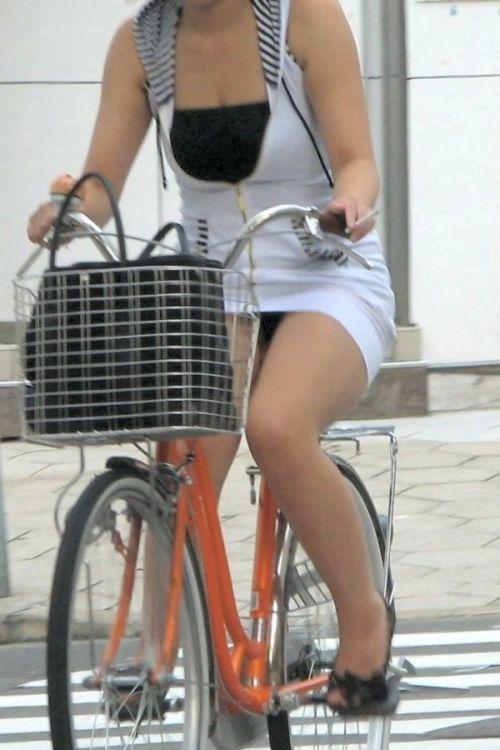 フリフリスカートが舞い上がるお姉さんの自転車パンチラ盗撮エロ画像 31枚 No.28