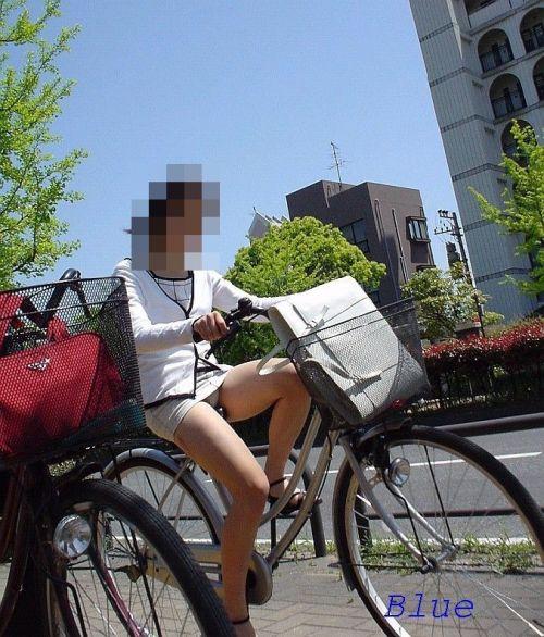 フリフリスカートが舞い上がるお姉さんの自転車パンチラ盗撮エロ画像 31枚 No.29