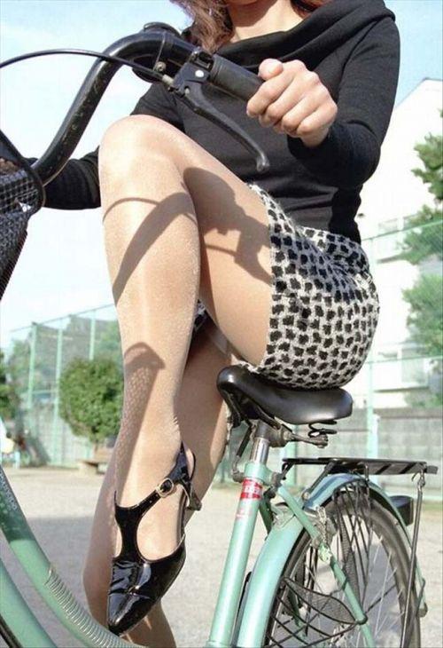 フリフリスカートが舞い上がるお姉さんの自転車パンチラ盗撮エロ画像 31枚 No.31