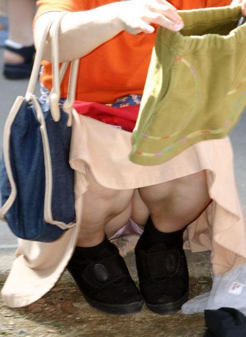 素人熟女がしゃがんでパンティ見えてるのを盗撮したエロ画像! 33枚 No.3