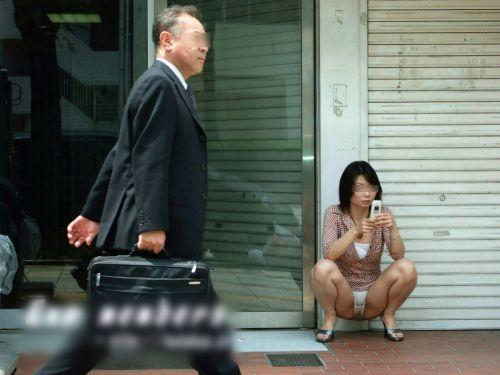 素人熟女がしゃがんでパンティ見えてるのを盗撮したエロ画像! 33枚 No.9