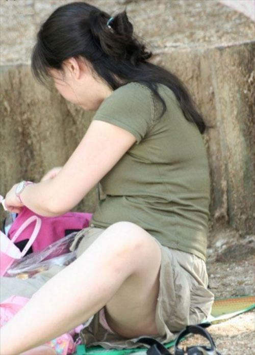素人熟女がしゃがんでパンティ見えてるのを盗撮したエロ画像! 33枚 No.18