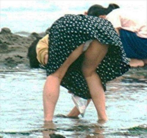 素人熟女がしゃがんでパンティ見えてるのを盗撮したエロ画像! 33枚 No.20