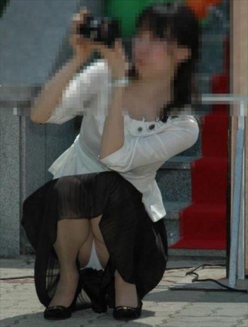 素人熟女がしゃがんでパンティ見えてるのを盗撮したエロ画像! 33枚 No.25