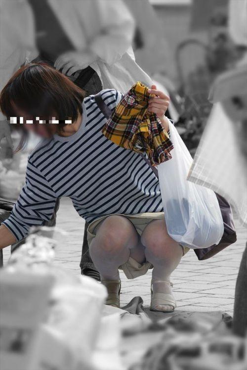 素人熟女がしゃがんでパンティ見えてるのを盗撮したエロ画像! 33枚 No.27