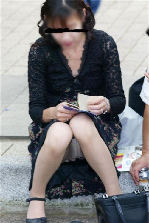 素人熟女がしゃがんでパンティ見えてるのを盗撮したエロ画像! 33枚 No.32
