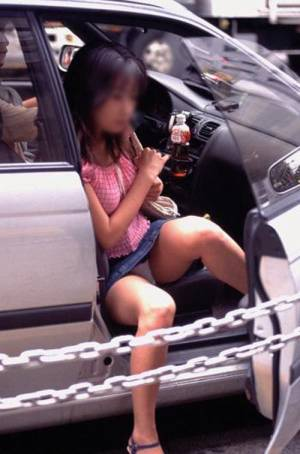 【盗撮画像】自動車の乗り降りする時のパンチラってエロいよな! 34枚 No.24