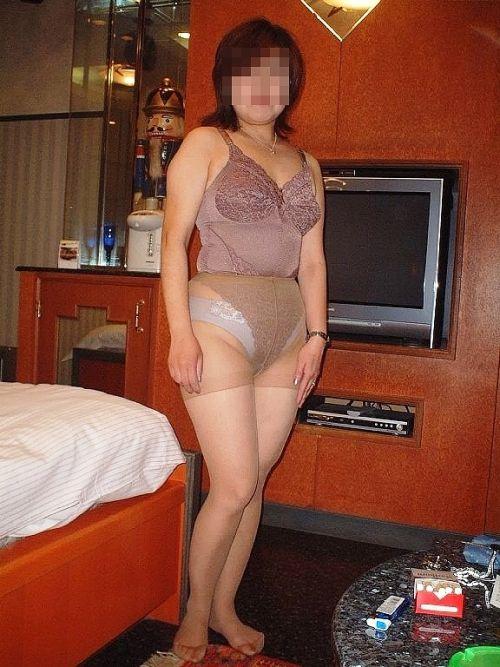 補正下着を着たムチムチなで豊満な熟女・人妻のエロ画像 39枚 No.4