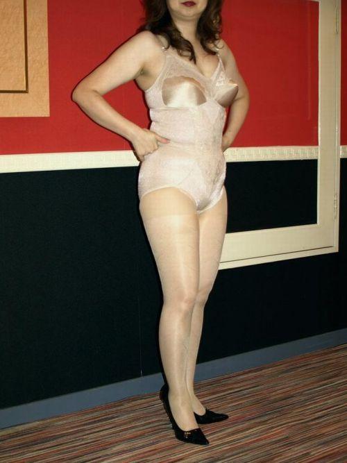 補正下着を着たムチムチなで豊満な熟女・人妻のエロ画像 39枚 No.10