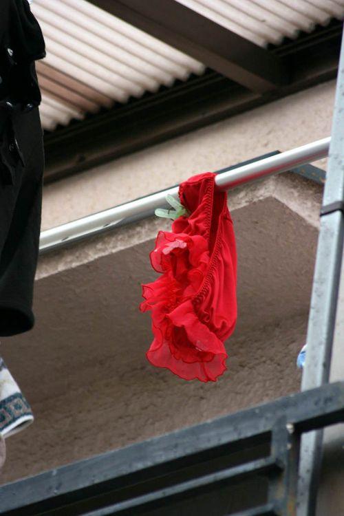 ベランダで干してあるパンティやブラジャーを盗撮した下着エロ画像 34枚 No.32
